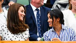 Vévodkyně Kate a Meghan si vyrazily na tenis. Na veřejnosti se poprvé objevily bez svých manželů.