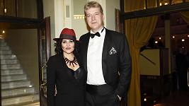 Když Ilona o víkendech zpívá na plesech, bodyguarda jí dělá její manžel Radek.