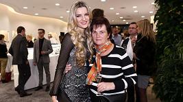 Veronika Procházková přišla na večírek s maminkou.
