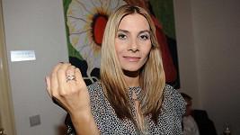 Eva Decastelo konečně dostala zásnubní prsten.