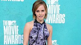 Emma Watson v šatech Brood tvořené žíhanými díly vtipně spojenými černými zipy.