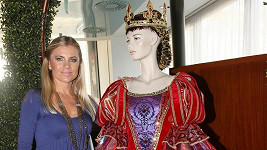 Leona Machálková a její kostým královny.