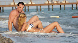 Tamara s přítelem Romanem Hajabáčem na pláži.