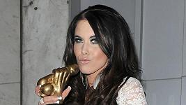 Megan Coxxx hraje v porno parodii s královskou tematikou Kate Middleton. Na snímku s oceněním Shafta.