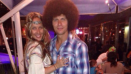 Manželé se oblékli ve stylu sedmdesátých let.