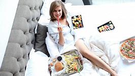 """V posteli obložená """"fast foodem"""" je Emma nejšťastnější."""