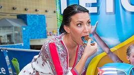 Gabriela Partyšová neodolala dortu.