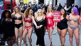 Hayley Hasselhoff (blondýna uprostřed) řídila protesty proti nedostatku plus size modelek.