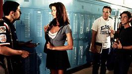 Shannon Elizabeth Fadal jako Nadia ve filmu Prci, prci, prcičky. (Na snímku zleva s Jasonem Biggsem, Chrisem Kleinem a Thomasem Ianem Nicholasem)