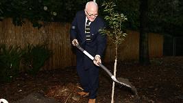 Od ruky mu nejdou jen boty. Světově známý návrhář Manolo Blahnik předvedl, jak se umí ohánět s lopatou.