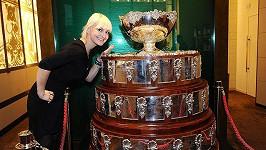 Bára Nesvadbová se přes přísný zákaz chtěla osahat pohár pro vítěze Davis Cupu
