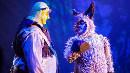 V kostýmu hubne nejen Jiří Zonyga, ale také představitel svérázného Oslíka Karel Zima. Ten hraje prakticky v kožichu.