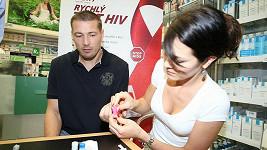 Petr Jákl statečně drží při odběru krve od Jany Doleželové.