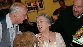 Stanislav Zindulka se svou ženou na oslavě, která se konala po představení.
