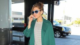 Eva Mendes odchází z letiště v Los Angeles.