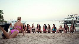 Dominika vyšpulila zadeček a kontrolovala holky v plavkách.