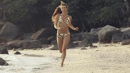 Doběhnout do moře se dívce nepodařilo.