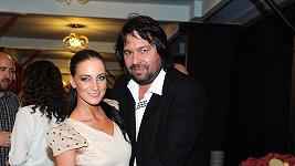 Světlé mini zvolila i snoubenka Jiřího Pomeje Andrea.
