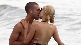 Paris Hilton s tajemným mužem nedaleko jejího plážového domu v Malibu.