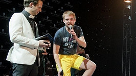 Libor Bouček se zbavil smokingu jakou zkušený striptér a v mžiku stál na pódiu jen v trenkách.