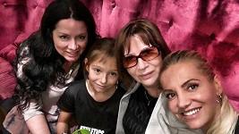 Dara se sestrou Janou stěhují maminku do Prahy.
