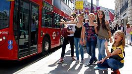 5 Angels v Londýně s typickým autobusem, doubledeckerem.