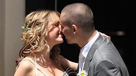 Lucie Vondráčková se při polibku s Tomášem Plekancem.