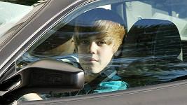 Zpěvák Justin Bieber ve svém luxusním ferrari.
