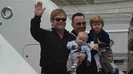 Elton John s malým Elijahem a David Furnish se Zacharym.