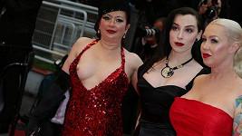 Tři černé pasažérky na červeném koberci v Cannes