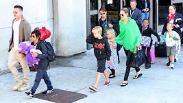 Brad s Angelinou a jejich kompletní potomstvo.