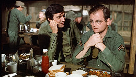 Gary Burghoff alias Radar (vpravo). Na snímku s Alanem Aldou