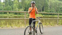 Poznali byste v tomhle vychrtlém cyklistovi známého herce?