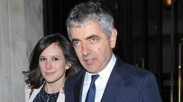 Rowan Atkinson s partnerkou Louise Ford