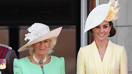 Vévodkyně Camilla a Kate oblékly pastelové barvy.