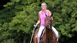 Katie Price ovládá jízdu na koni i pólo na jedničku.