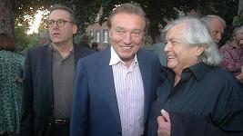 Jeden z posledních zachycených úsměvů Pavla Vrby při rozhovoru s Karlem Gottem. Vlevo organizátor párty, producent Borek Severa.