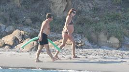 Těhotná Carla Bruni následovaná manželem Nicolasem Sarkozym na pláži u Fort de Brégançon.