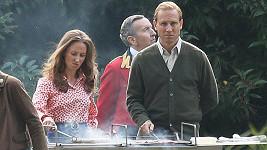 Erin Doherty a Tobias Menzies (představitel prince Philipa) při natáčení Koruny.