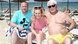 Hana Krampolová s manželem Jiřím a ředitelem Muže roku Davidem Novotným
