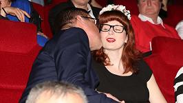 David Matásek líbá svoji těhotnou přítelkyni.
