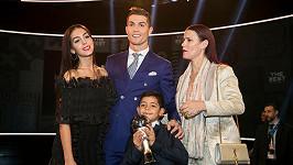 Cristiano Ronaldo s přítelkyní (vlevo), synem a sestrou