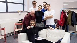 Protagonisté hry Líbánky na Jadranu s jejím autorem Patrikem Hartlem (vzadu vlevo)