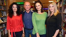 Karel Voříšek se svými kolegyněmi