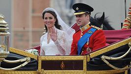 """Šťastní novomanželé krátce poté, co si řekli své """"ano""""."""