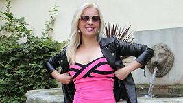 Kateřina oblékla stylově růžové koktejlky.