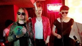 Macaulay Culkin se svou kapelou The Pizza Underground zatím díru do světa neudělá.