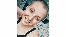 Vlasy i obočí jí po chemoterapiích rostou opravdu rychle.