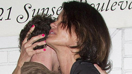 Janice si pozornost fotografů vychutnávala možná ještě více než polibky od mladého herce.