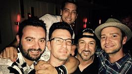 Zleva: Chris Kirkpatrick, oslavenec J.C. Chasez, Joey Fatone, Justin Timberlake a nahoře Lance Bass opět pohromadě...